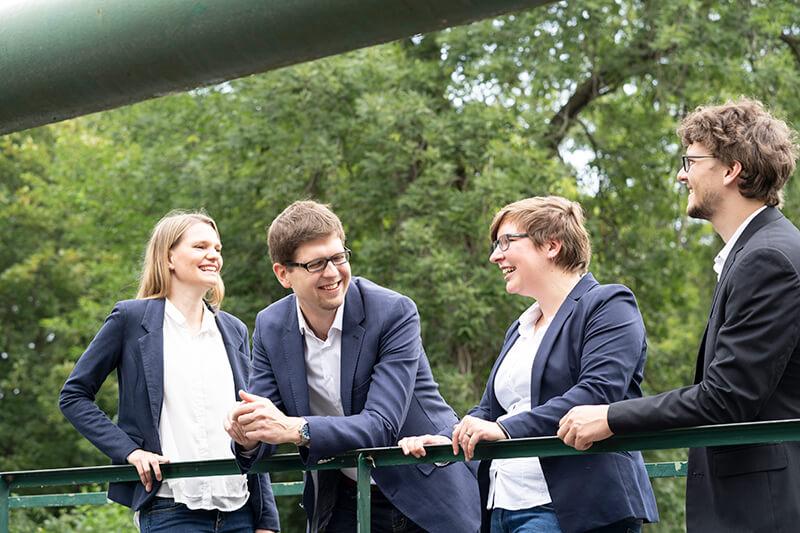 Am Bild ist das Logsol -Team im Vordergrund zu sehen. Im Hintergrund erkennt man eine Waldlandschaft. Von links nach rechts: Bettina Eder, Mathias Past, Karin Annerl und Andreas Stefl.