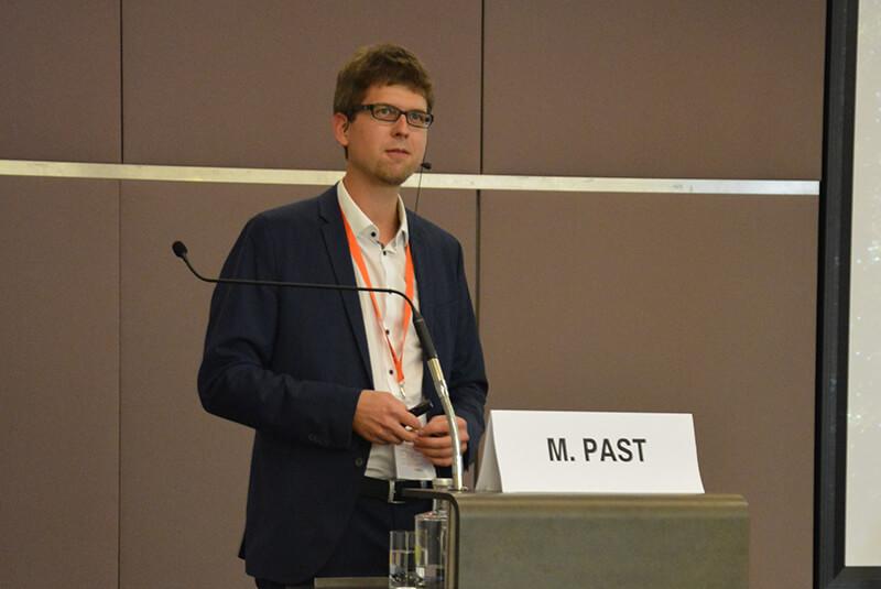 Das Bild zeigt Mathias Past an einem Rednerpult, aufgenommen während eines Vortrages.