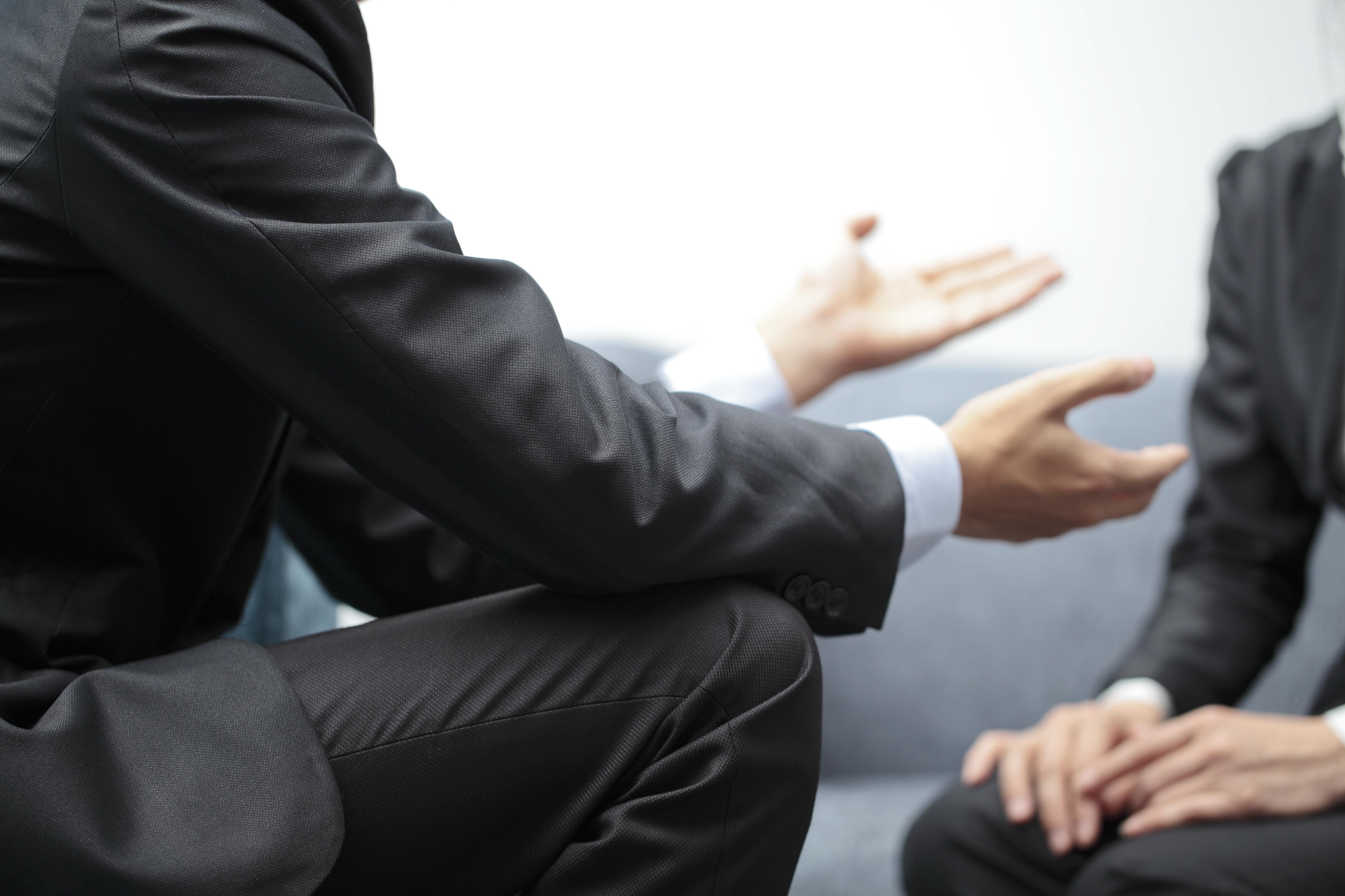 Das Bild zeigt zwei Personen während eines Beratungsgespräches.